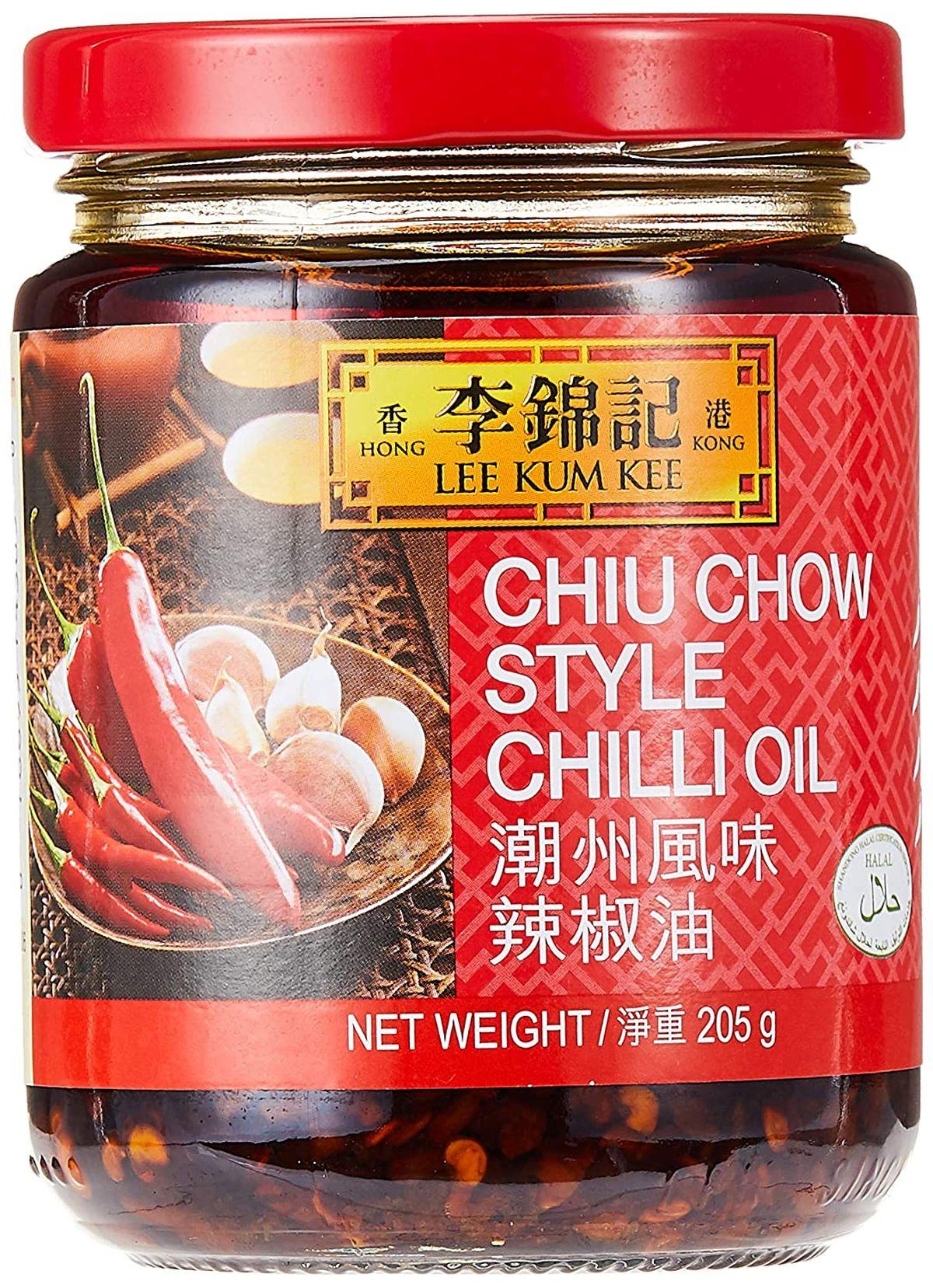 L'huile de chili forte fait partie des sauces asiatiques pour améliorer n'importe quel plat.