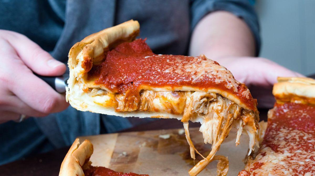 Allant des origines de la pizza depuis le néolithique jusqu'aux temps modernes, cette petite croute modeste de farine, d'eau et de sel et de levure a traversé les âges et conquis le monde entier.