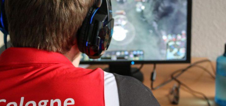 Lorsque l'immersion intense dans le jeu vidéo est motivée par un comportement d'échappement, les joueurs professionnels (esport) et récréatifs courent le risque de développer un trouble du jeu.